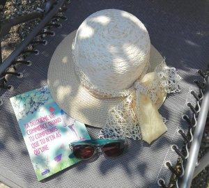 chapeau de paille au jardin et livre raphaelle giodano domidora