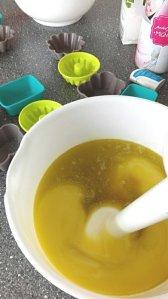 mélange des ingrédients pour faire du savon à froid