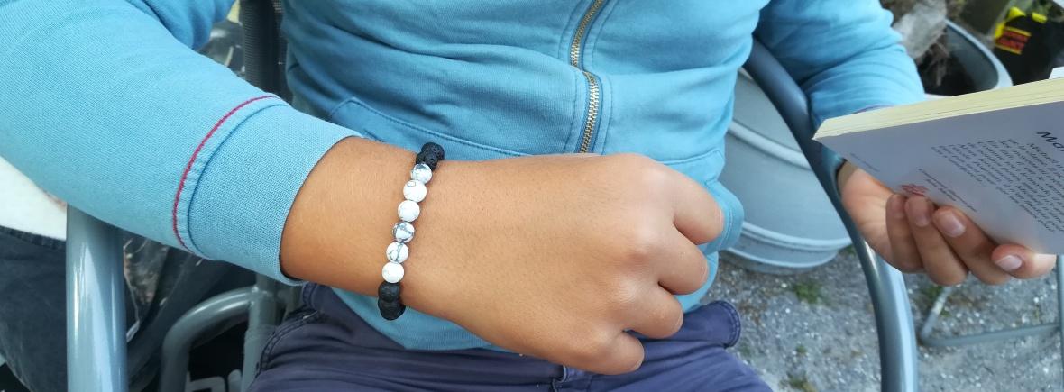bracelet pierres naturelles sur garçon